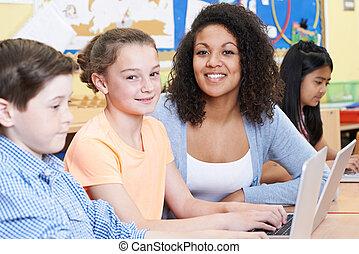 教師, 助力, 女性, 基本, 生徒, 中に, コンピュータクラス