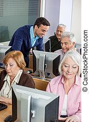教師, 援助, シニア, 生徒, 中に, コンピュータクラス