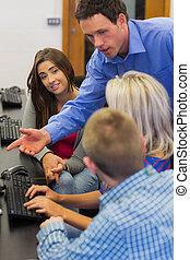 教師, 説明, へ, 生徒, 中に, コンピュータ室