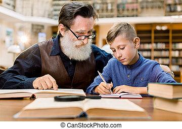 教授, おじいさん, grandson., 勉強, ∥間に∥, library., テーブル, 学校, モデル, 型, 人, 男の子, わずかしか, 宿題, 関係, 孫, 祖父, 古い, 幸せ, 都市, 家族