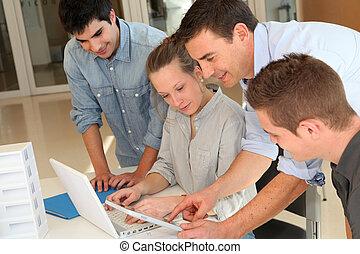 教育者, ∥で∥, 生徒, 中に, 建築, 上に働く, 電子, タブレット