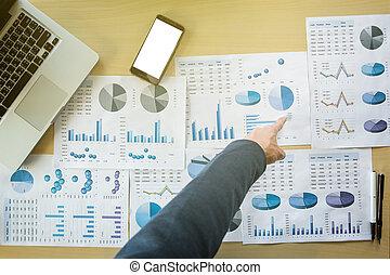 文書, 指すこと, オフィス, 上, 電話, 仕事, コンピュータ, ビジネスマン, テーブル, ビュー。, 痛みなさい