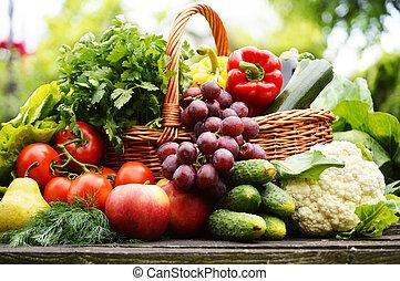 新たに, 有機体である, 野菜, 中に, 枝編み細工のバスケット, 庭で
