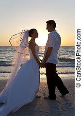 新娘和新郎, 已結婚的夫婦, 傍晚海灘, 婚禮