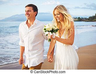 新娘和新郎, 步行, 上, 美麗, 熱帶的海灘, 在, 傍晚, 浪漫, 已結婚的夫婦