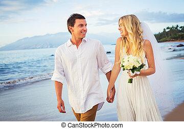 新娘和新郎, 步行, 上, a, 美麗, 熱帶的海灘, 在, 傍晚, 浪漫, 已結婚的夫婦