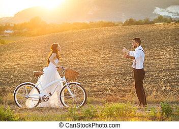 新娘和新郎, 由于, a, 白色的婚禮, 自行車