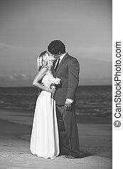 新娘和新郎, 親吻, 在海灘上