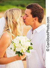 新娘和新郎, 親吻, 在, 傍晚, 上, a, 美麗, 熱帶的海灘, 浪漫, 已結婚的夫婦