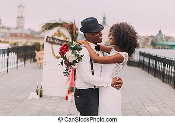 新婚者, 抱き合う, 黒, 屋根, 式, 間, 幸福に, 結婚式