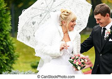 新婚者, 笑い, 歩いている間, 雨