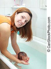 新生, 入浴する, 母, 赤ん坊