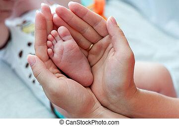 新生, 手, 母, 足
