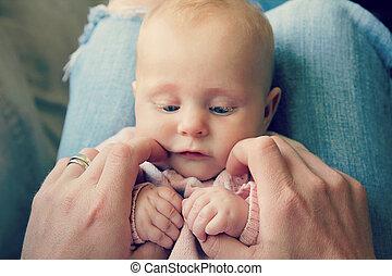 新生, 甘い, 父, 手を持つ, 女の赤ん坊