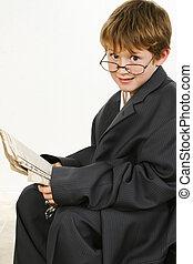 新聞男の子, スーツ, 読書, だぶだぶである