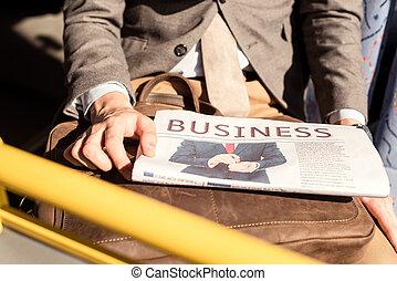 新聞紙を持っている男, 中に, バス