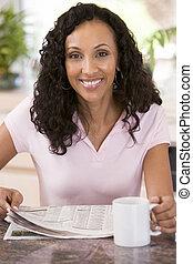 新聞, コーヒー, 女性の 微笑, 台所