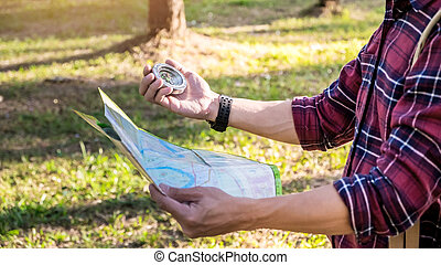 方向, 観光客, 失われた, ハイキング, forest., コンパス, 狙いを定める