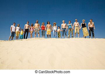 日光浴をする人, 群集