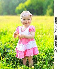 日当たりが良い, 肖像画, の, 微笑, 子供, 芝生に, 中に, 夏の日