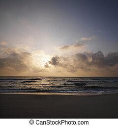 日没, 上に, 浜。
