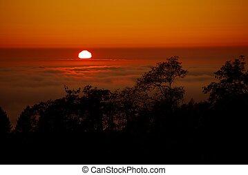 日没, 雲, の上
