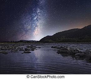 星が多い空, 上に, 山, 川