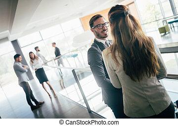 映像, の, ビジネス 同僚, 話し, 中に, オフィス