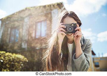 映像, ブルネット, 写真, 取得, 若い, カメラ, 屋外で, 微笑