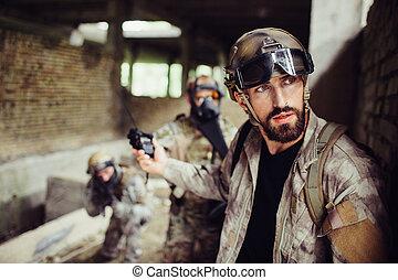 映像, 印, forehead., 特別, 地位, ユニフォーム, 見る, careful., 持つ, 戦士, 彼の, 非常に, 提示, 止まれ, soldiers., wall., 彼, 人, 傾倒, 外部。, 人, ガラス