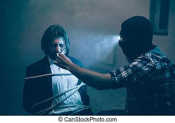 映像, 彼の, 蛇口, afraid., 開始, 取得, モデル, 離れて, 見る, 残酷, ビジネスマン, 犠牲者, 。, 前部, スイート, mouth., kidnapper, 彼