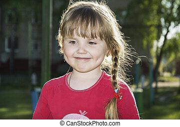 春天, 晚上, 在街道上, a, 小女孩, 微笑。