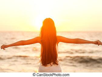 是, 婦女, 愉快, 自由, 感到, 自由, 享用, 海灘, sunset.