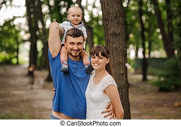 時間, のんびりしている, 関係, 幸せ, 父, レジャー, three., もつ, 家族, 息子, 肩。, 概念