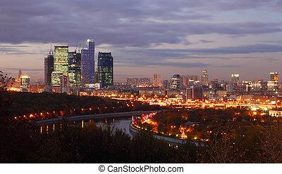 晚上, 全景, 在中, 莫斯科, 城市, 复杂, 在中, 摩天楼, 同时,, 河, 在中, 莫斯科, russia