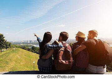 景色。, グループ, 見なさい, photo., の上, ∥(彼・それ)ら∥, ポーズを取る, 立ちなさい, 彼ら, 手, 観光客