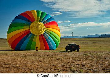 暑い, に対して, balloon, ショー, 色, craft., 大きい, ∥横に∥, 浮く, 対照, 風船, 大きさ, 明るい, 大きい, トラック, sky., 青, 空気, 巨大である, 人