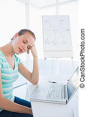 暫存工, 婦女, 睡覺, 前面, 膝上型, 在, 辦公室