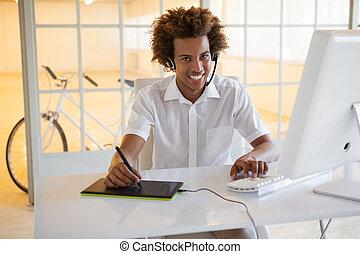 暫存工, 年輕, 商人, 使用, digitizer, 以及, 耳機, 在書桌