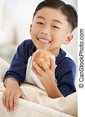 暮らし, りんごを食べること, 男の子, 若い, 微笑, 部屋