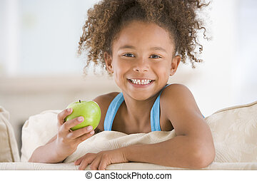 暮らし, りんごを食べること, 若い, 微笑の女の子, 部屋
