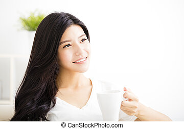 暮らし, コーヒー, 女, 部屋, 若い, 微笑, 飲むこと
