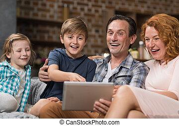 暮らし, 使用, 娘, 家族, タブレット, モデル, 出費, 部屋, ソファー, コンピュータ, 親, 時間, 微笑, 息子, 幸せ