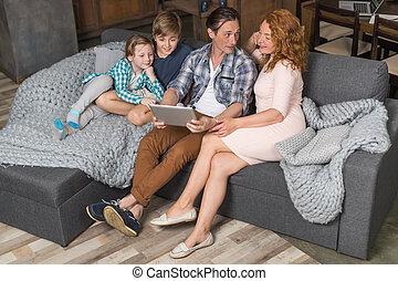 暮らし, 使用, 角度, タブレット, 家族, モデル, 出費, 上, 息子, コンピュータ, 親, 時間, 光景, 娘, 微笑, ソファー, 部屋, 幸せ
