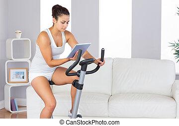 暮らし, 彼女, 自転車, 間, ほっそりしている, 練習, 訓練, 使うこと, タブレット, 女, 集中される, 部屋