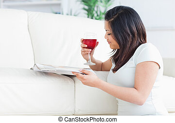 暮らし, 彼女, 雑誌, 読書, 保有物, ワイン ガラス, ひざ, 赤, 女, 部屋