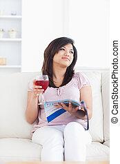 暮らし, 雑誌, ソファー, 間, モデル, ワイン, 保有物 ガラス, 女, 赤, 部屋