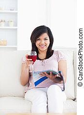 暮らし, 雑誌, 彼女, 前方に, 読む, ワイン, 見る ガラス, 女, 手掛かり, 赤, 部屋