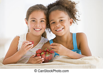 暮らし, 食べること, 部屋, 女の子, 若い, 2, いちご, 微笑