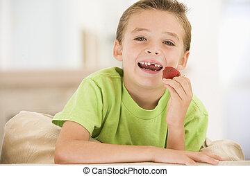 暮らし, 食べること, 部屋, 男の子, 若い, いちご, 微笑